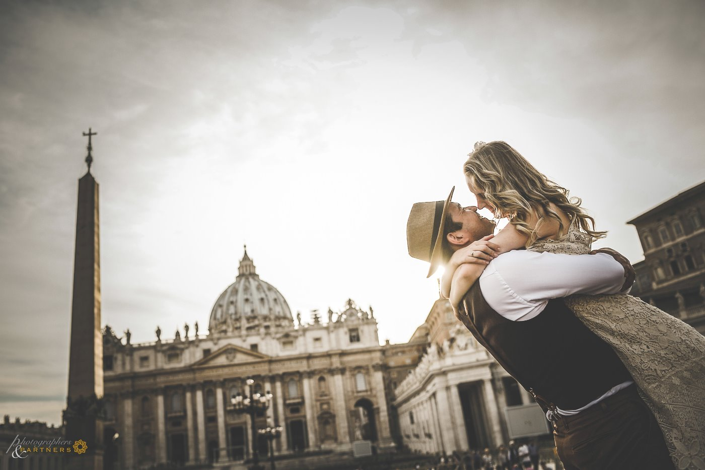 Still a romantic photo at sunset in Piazza San Pietro 🌞