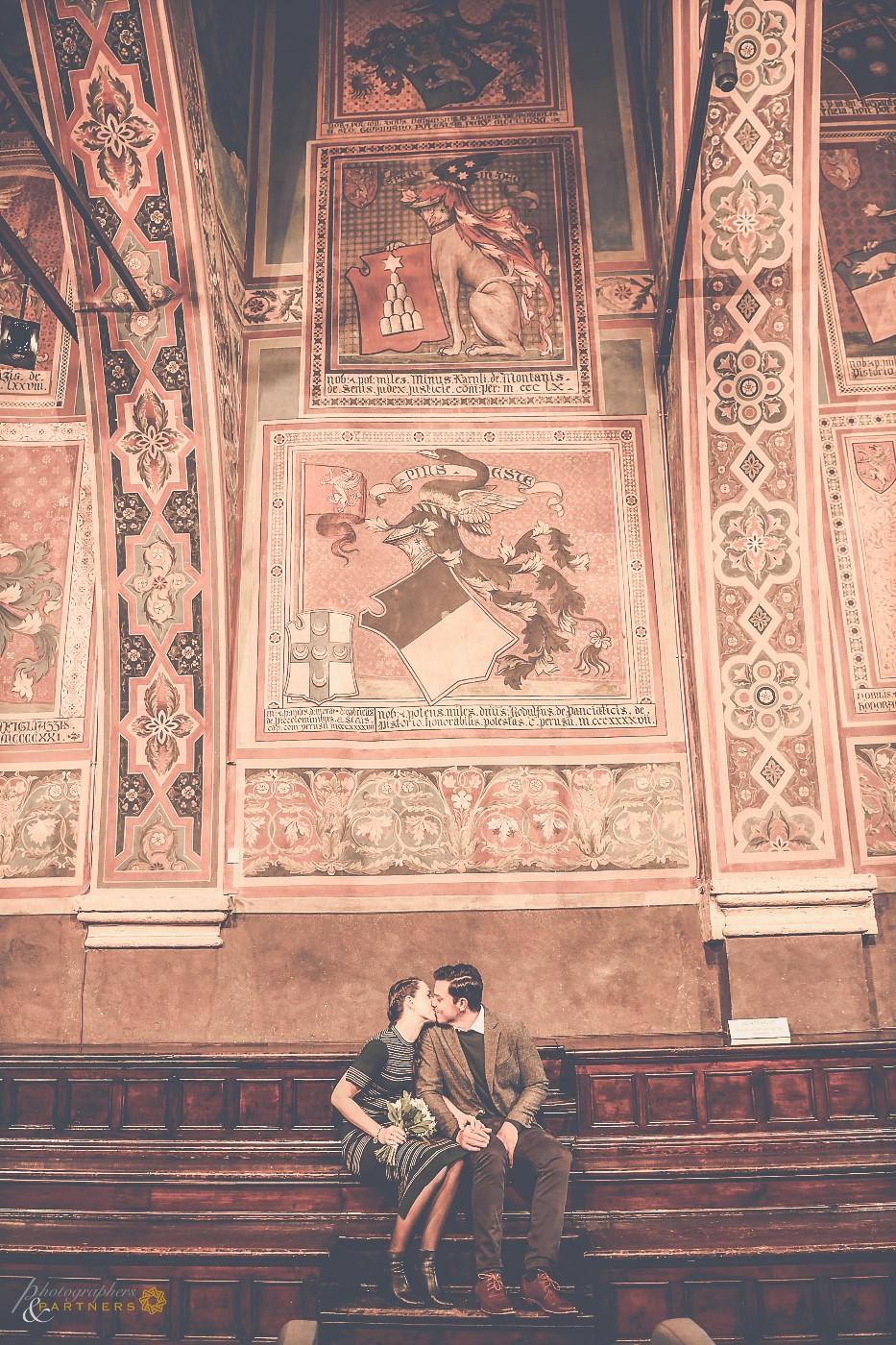 A kiss in the Palazzo dei Priori.