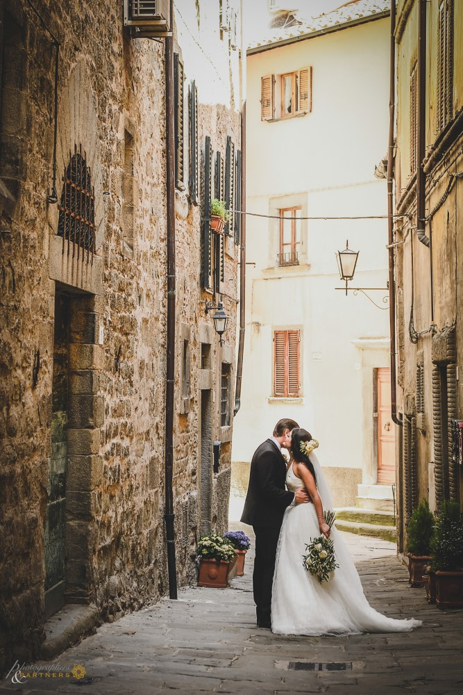 An intimate moment in the alleys of Cortona.