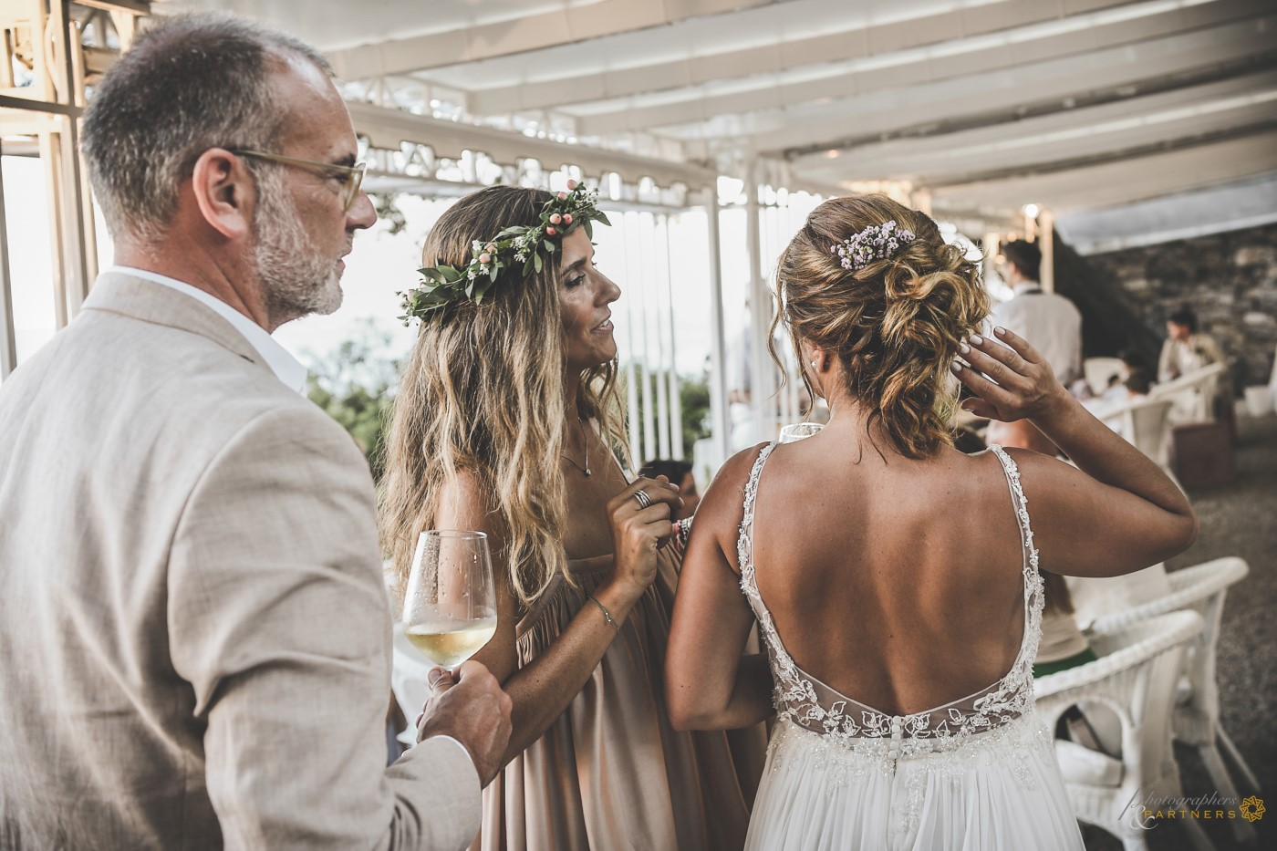The bride shows her hairstyle.