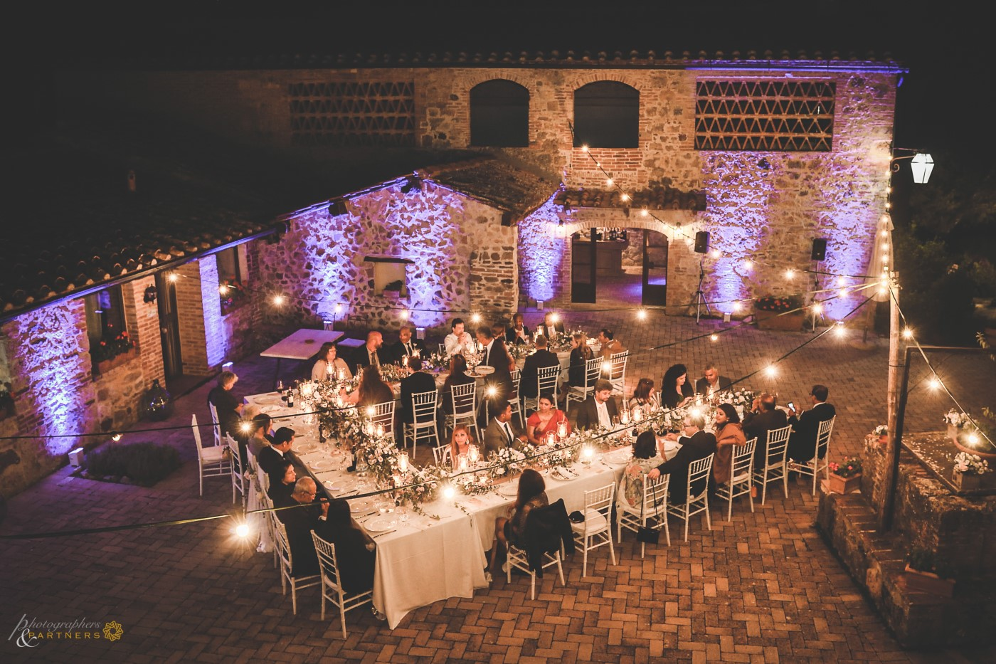 An overview photo of the tables in the courtyard.