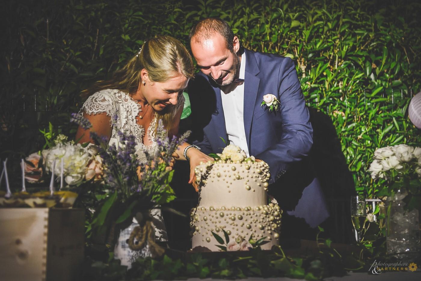 Cutting the wedding cake 🍰